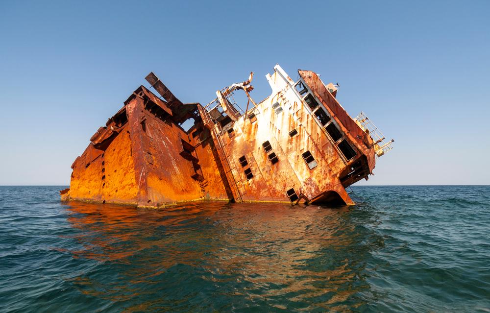 Ống kim loại bị ăn mòn do môi trường biển